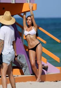 Giulia-De-Lellis-%E2%80%93-Topless-Bikini-Photoshoot-on-the-Beach-in-Miami-c6xvfjwrjg.jpg