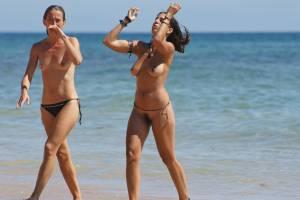 Sara-and-bianca-at-the-beach-%5Bx27%5D-i7aeodv32i.jpg