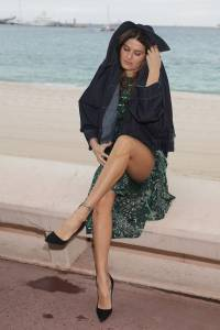 Isabeli-Fontana-%E2%80%93-Pantyless-Upskirt-in-Cannes-q7agxopajb.jpg