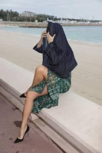 Isabeli-Fontana-%E2%80%93-Pantyless-Upskirt-in-Cannes-k7agxokila.jpg