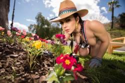 -Valentina-Nappi-Gardening-Hoe-111x-4740x3163-x7a0ij0bzg.jpg
