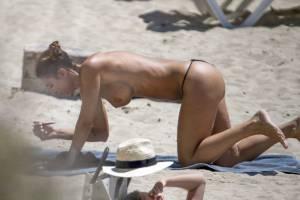 Valentina-Fradegrada-%E2%80%93-Topless-Paparazzi-Pictures-at-the-beach-in-Ibiza-r7a25o9r4c.jpg