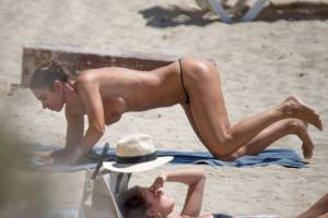 Valentina-Fradegrada-%E2%80%93-Topless-Paparazzi-Pictures-at-the-beach-in-Ibiza-v7a25o74is.jpg