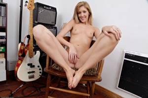 EMILY-KAYE-FOOT-FETISH-k7avvktstn.jpg