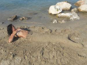Teen-girls-on-the-beach-u7aw5jukoj.jpg