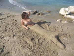 Teen-girls-on-the-beach-t7aw5jmyu3.jpg