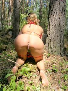 Blonde-Peeing-In-Bikini-Peeing-In-Forest-s7bear331k.jpg