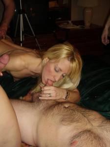 Blonde-Nimmersatte-Bitch-l%C3%A4sst-sich-auf-der-Party-von-jeden-ficken-t7btro1vjm.jpg
